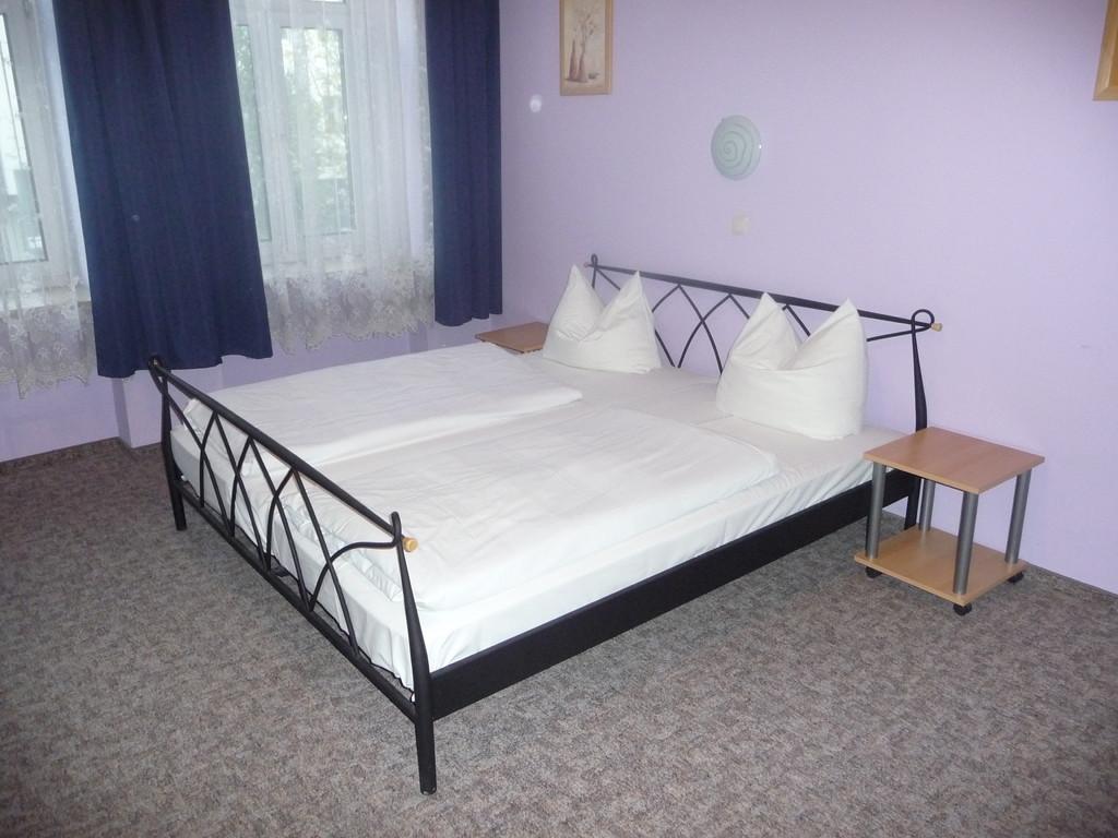 zimmer und preise pension central m nchen. Black Bedroom Furniture Sets. Home Design Ideas