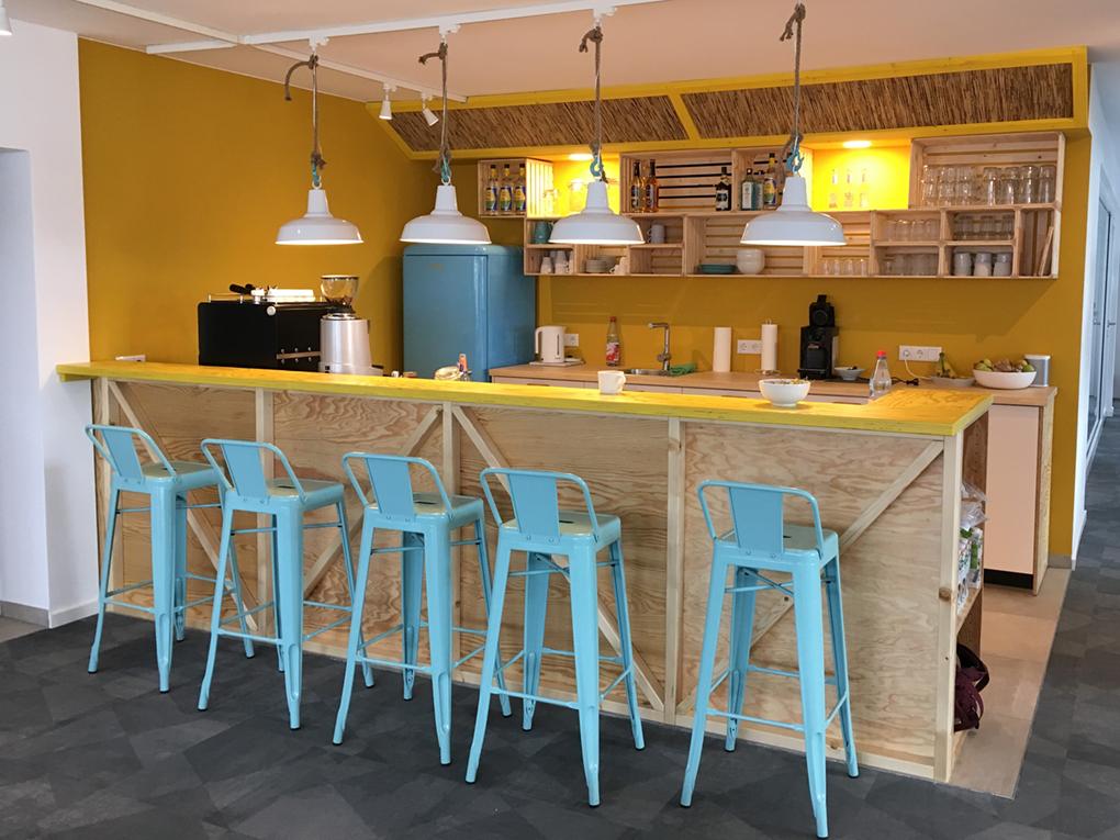 """Geschoss """"Surfers Inn"""" Bar mit Teeküche"""