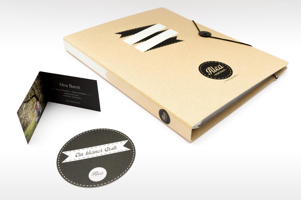 Geschäftsausstattung Alea Photography mit Klappvisitenkarte, Danke-Karte rund, Info-Ringordner aus Naturkarton mit schwarz-weißem Siebdruck