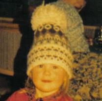 Meine Enkeltochter mit meiner Original-Pudelmütze