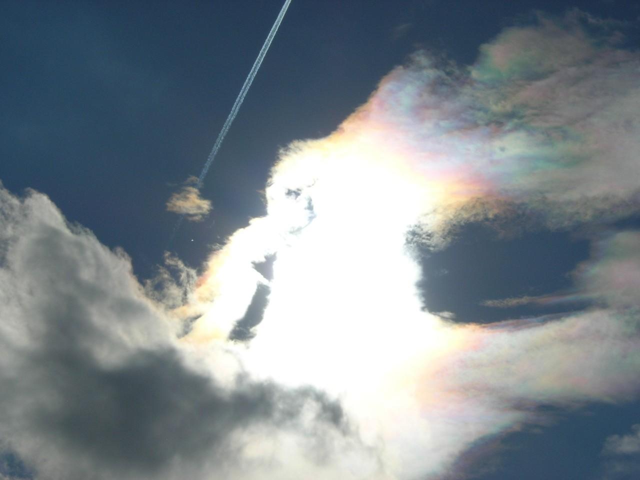 """Abgesehen von dem Flugzeug und der farbenfrohen HAARP-Wolke ist hier auch noch ein """"Unbekanntes FlugObjekt"""" zu sehen."""