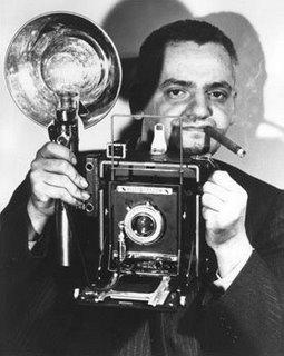 Le photographe WEEGEE connu pour développer ses films dans le coffre de sa voiture . SOURCE : S. HALGAND