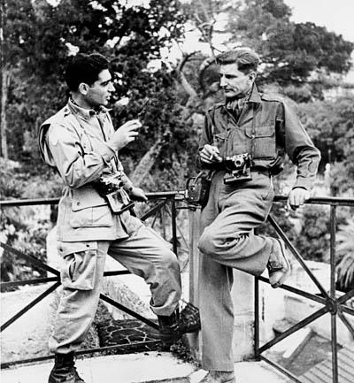 à gauche ROBERT CAPA et GEORGES RODGER en 1943 à Naples