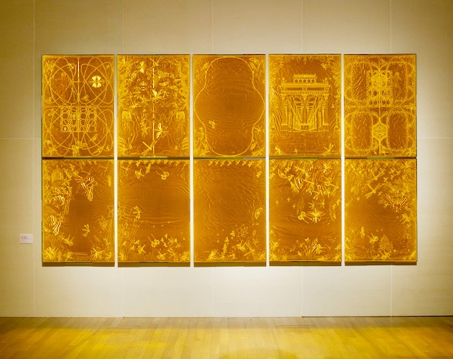 エコーの森Ⅲ」2008年 207x365cm 切り紙細工,金紙,人造宝石,木,ガラス