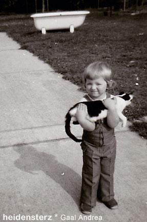 Andrea Gaal, 3 Jahre alt, mit Katze am Arm, SW-Foto