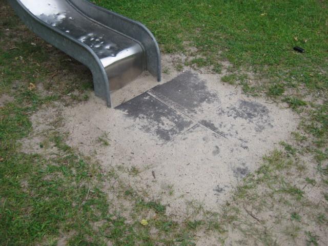 Fallschutzplatten verhindern Muldenbildung durch Wegspielen