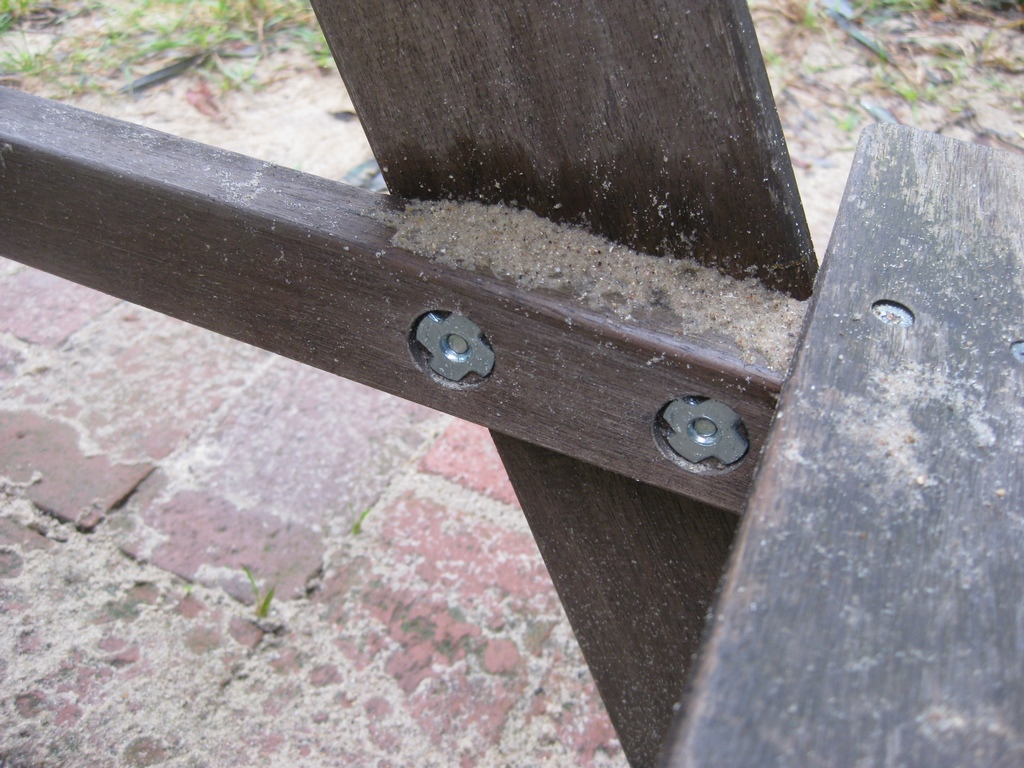 Schrauben an Sitzgruppen