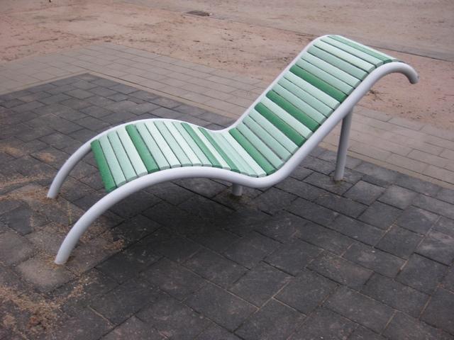 Diverse Bänke und Sitzgrupen mit Kunststoffen - ökologisches Holz