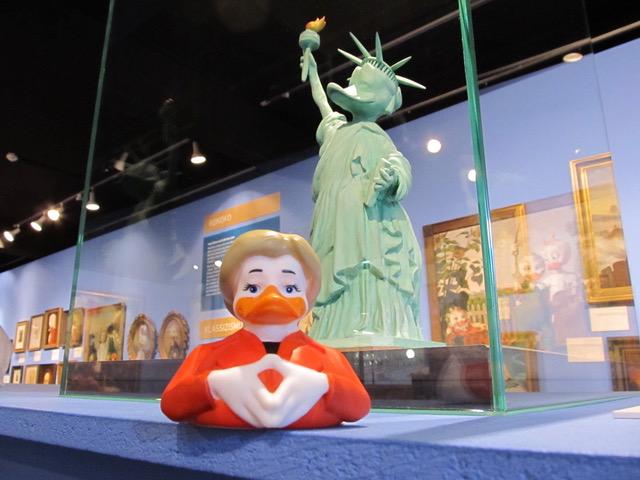 Mysterium MUTTI MERKEL: Wer ihre Macht ergründen möchte, dem sei unsere Angie Merkel-Badeente empfohlen! Guten Quack!