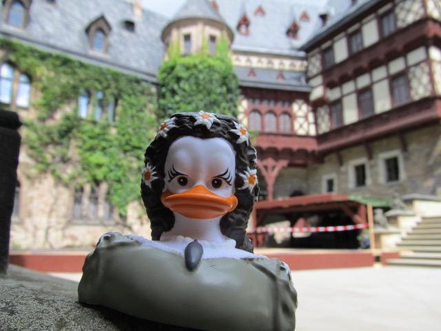 BEAUTY-QUEEN - die neue SISSI-Badeente ist etwas filigraner als unser Vorgängermodell. Hier besucht sie Schloss Wernigerode, wo es zur Zeit eine DUCKOMENTA gibt.