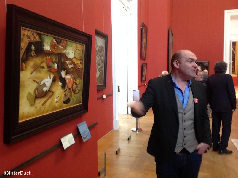 Der Kurator der Ausstellung Régis Cotentin vor Brueghels Schlaraffenland