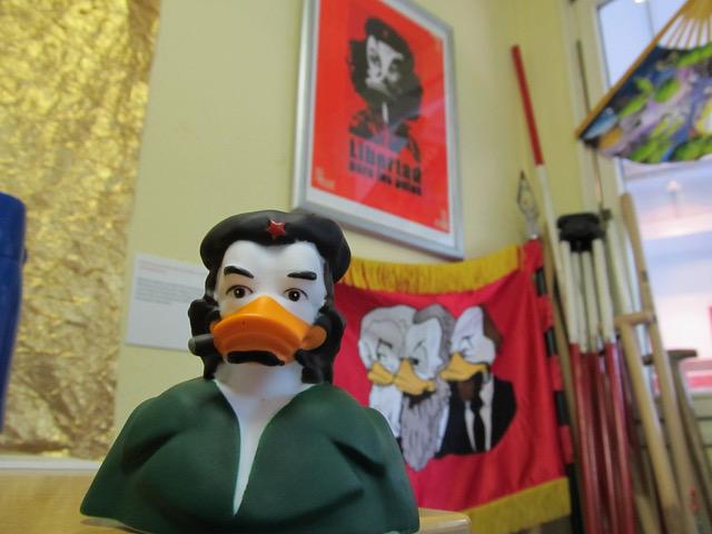 LIBERTAD PARA LOS PATOS! Che Duckevaras idealisierte Gesichtszüge schmücken diesen revolutionären Bade-Erpel! Mit ihm wird jede kleine und große Revolution gelingen.