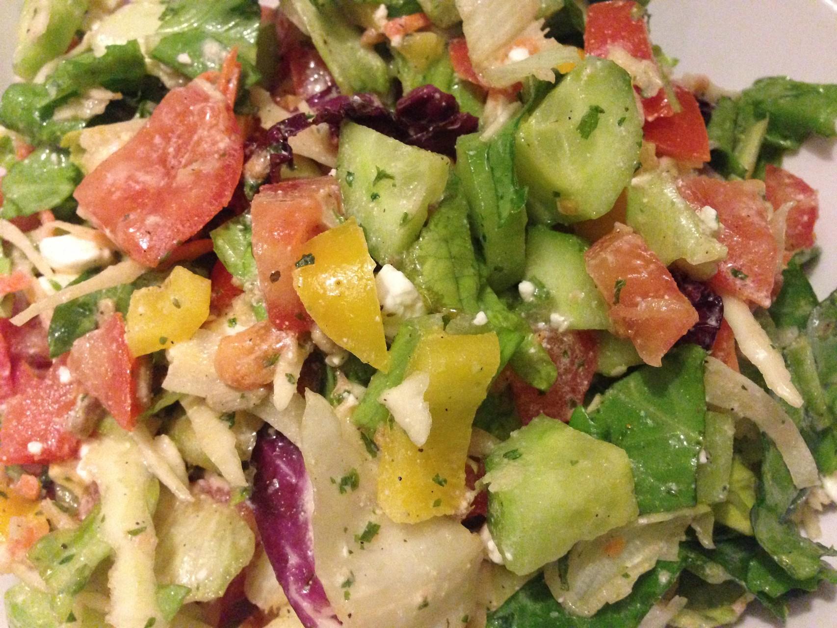 Gemischter Salat mit Feta und ein paar Sonnenblumen- und Kürbiskernen
