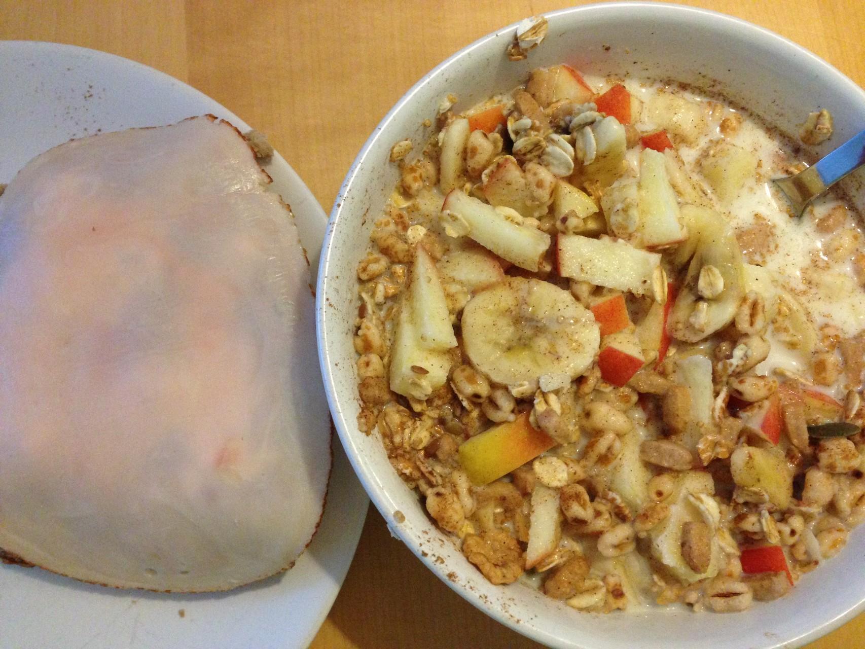 Frühstück: 1 Vollkornbrötchen mit Hüttenkäse und Hähnchenbrust, dazu 1 kleines Müsli, bestehend aus 1 Apfel, 1 Banane, etwas Basis Müsli Cereal Mix, etwas fettarmer Milch, Zimt und Agaven-Dicksaft