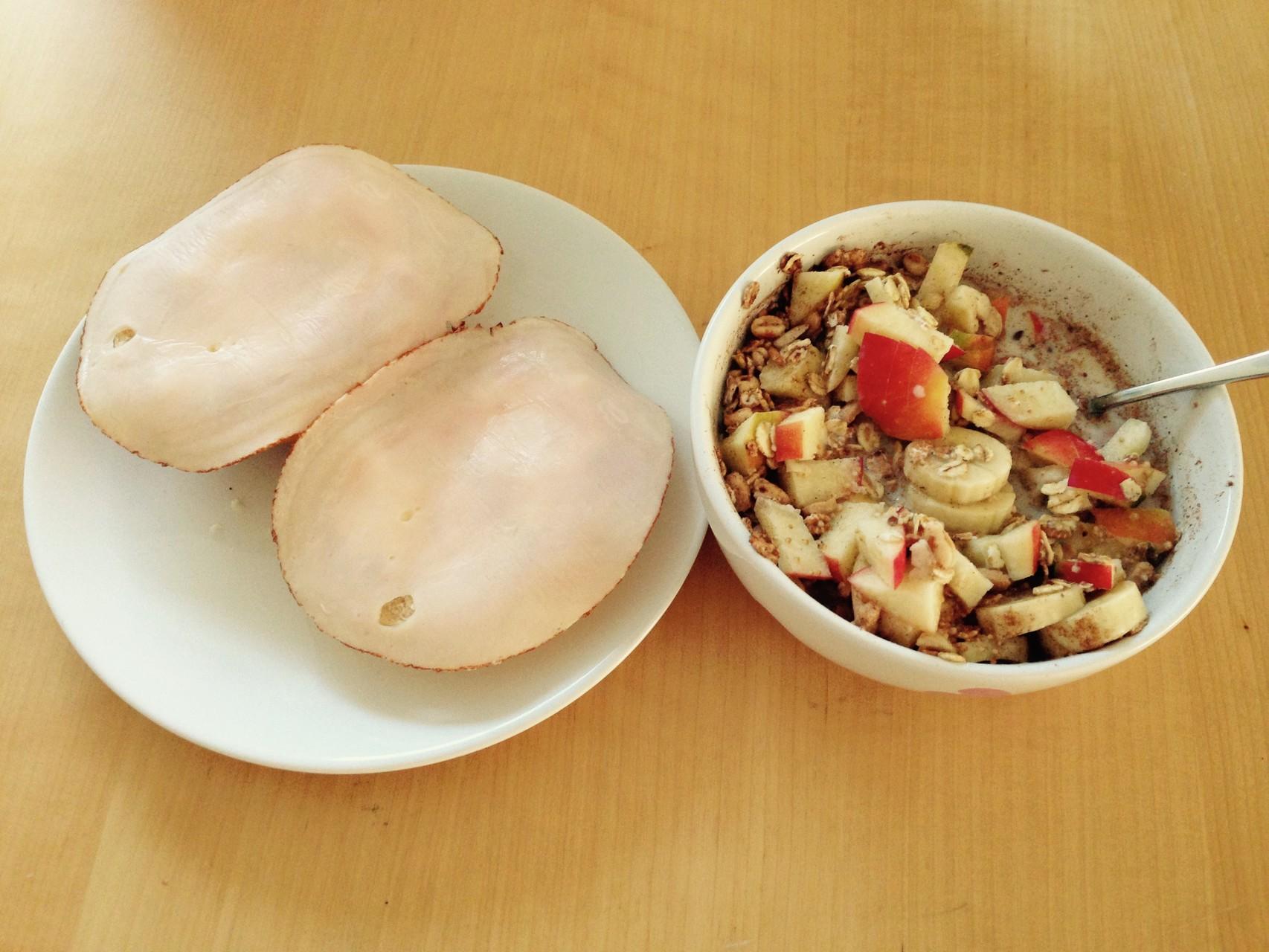 Frühstück: Brötchen mit Hüttenkäse und Hähnchenbrust, dazu ein kleines Müsli bestehend aus 1 Apfel, 1 Banane, Basis Müsli, fettarmer Milch, Zimt und Agaven-Dicksaft