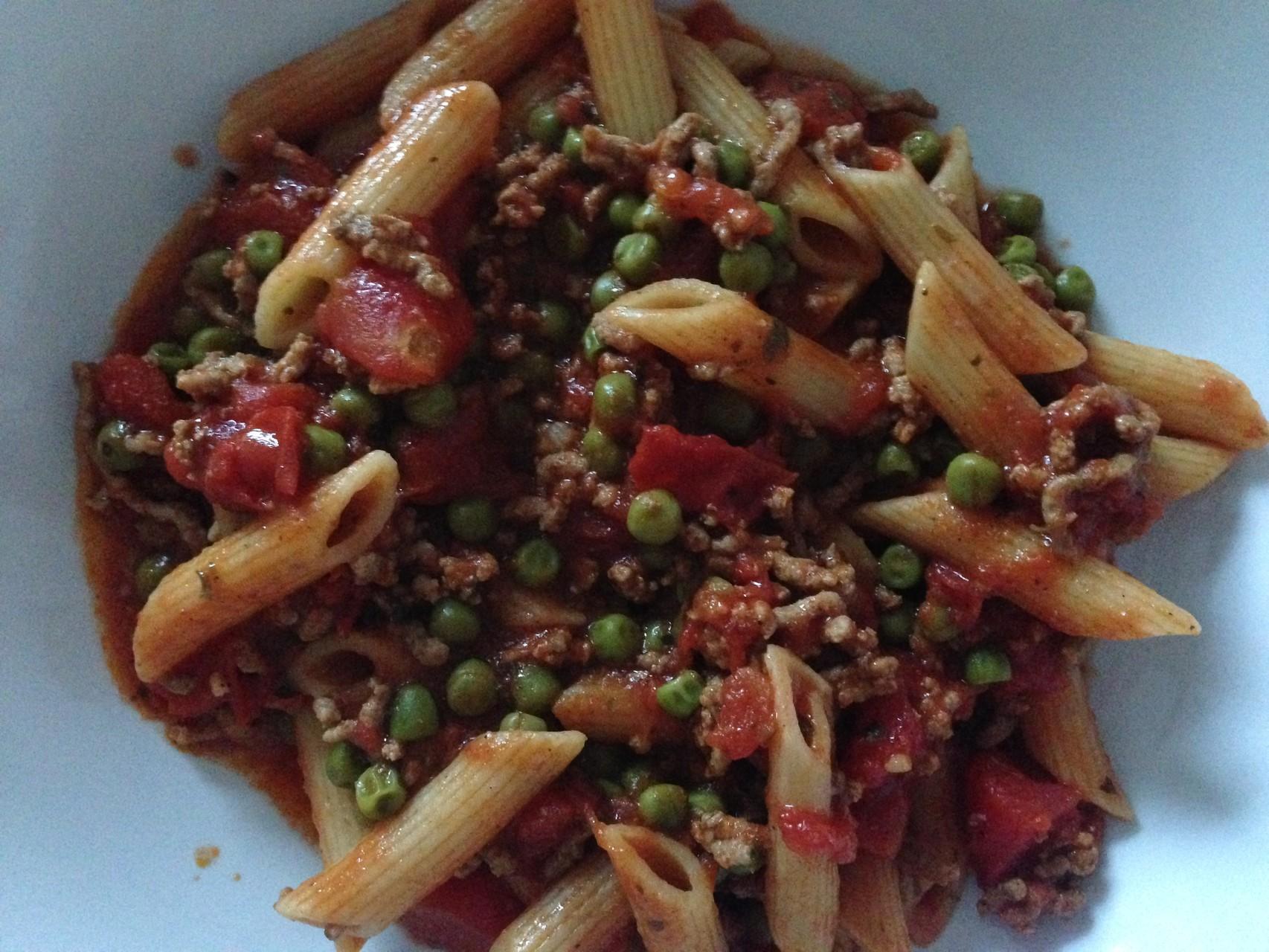Mittagessen: Hackfleischtopf mit Erbsen, Tomaten und Vollkornnudeln