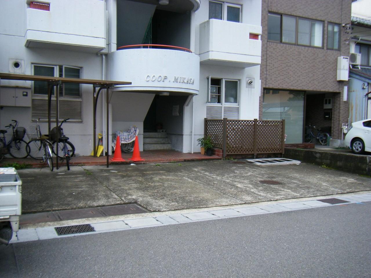 駐車スペースは車が乗るため、塗装ではリニューアルしにくいもの