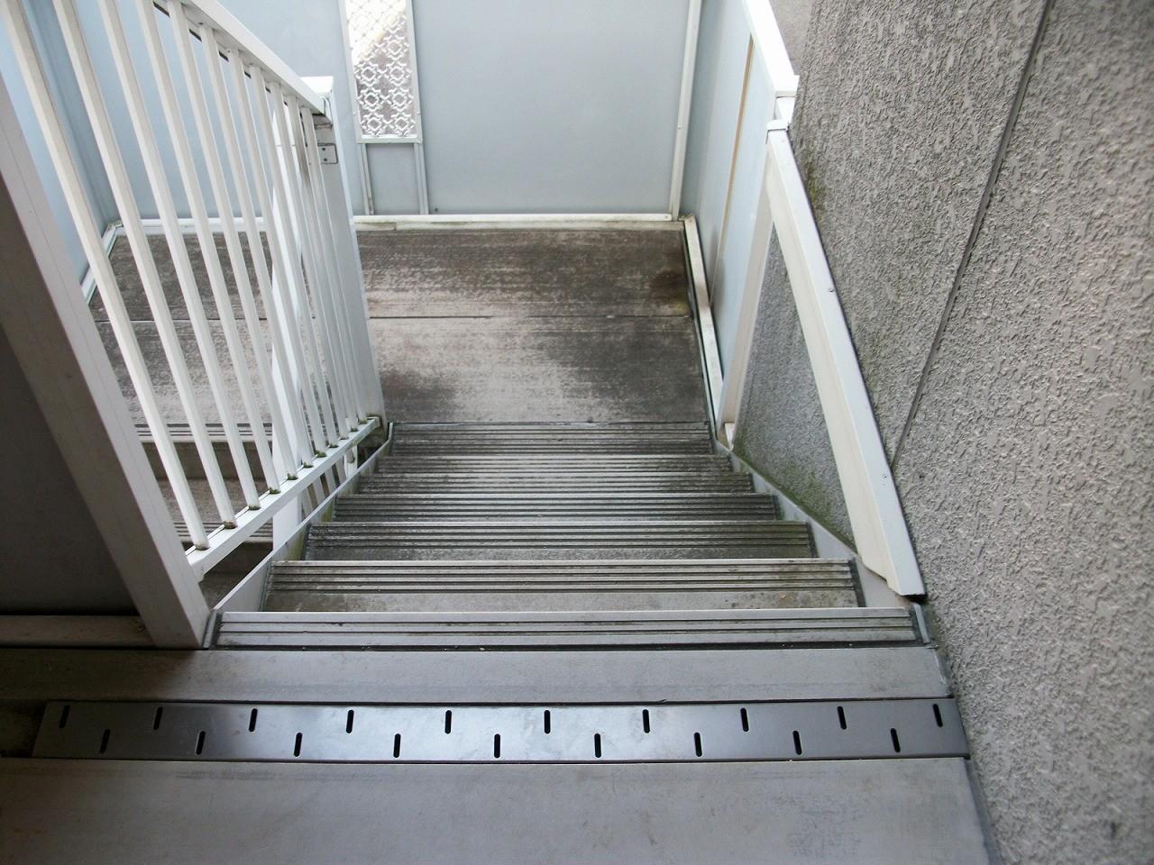 階段での転倒などは非常に危険です