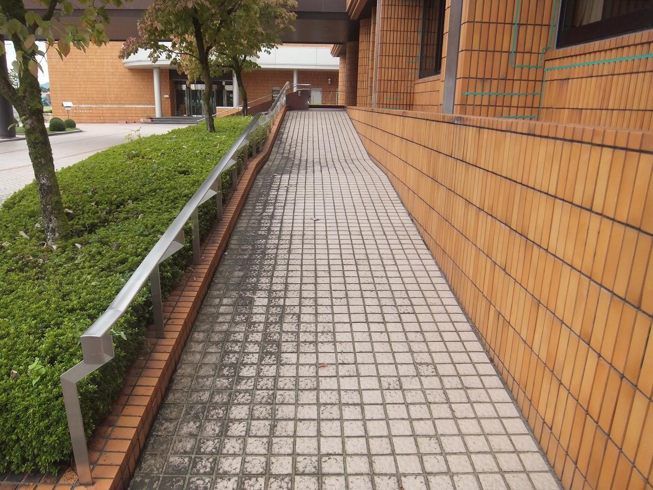 雨天時に滑って転倒する可能性の高いタイル地も
