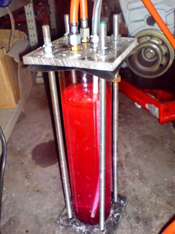 Modifizierter Bubbler. Das Wasser im Bubbler ist mit Glysantin gefärbt.