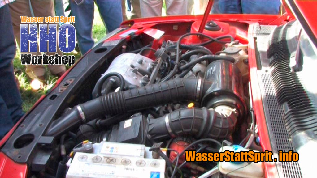 Ein Blick in den Motorraum eines teilweise auf Wasser umgerüsteten Kleinwagens. Die Kamera durfte auch die Erklärungen mitfilmen, wie man es macht.