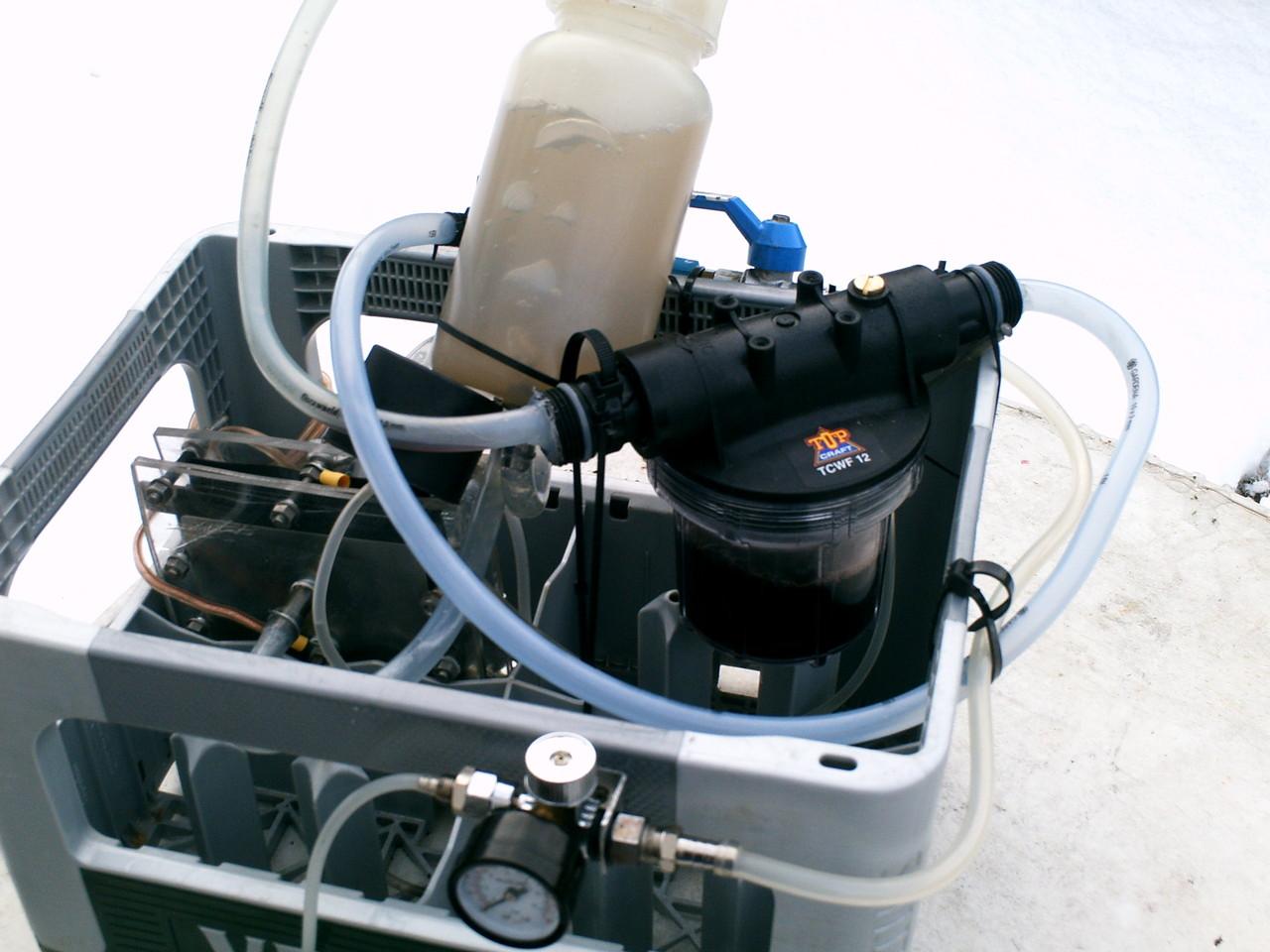 Der 15-Zellen-Stack hat rostfreie VA-Stahlplatten und Elektrolytinjektoren, die die Elektrolytversorgung auch bei hoher Leistung sicherstellen  (und ein Trockenlaufen der Zelle verhindern)
