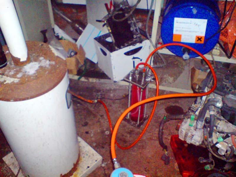 Aufbau mit DryCell (Bild hinten), blauer Gasflasche (unten), modifiziertem Bubbler zum kombinierten Betrieb (Bildmitte), und gasbetriebenem Heizpilz (links)
