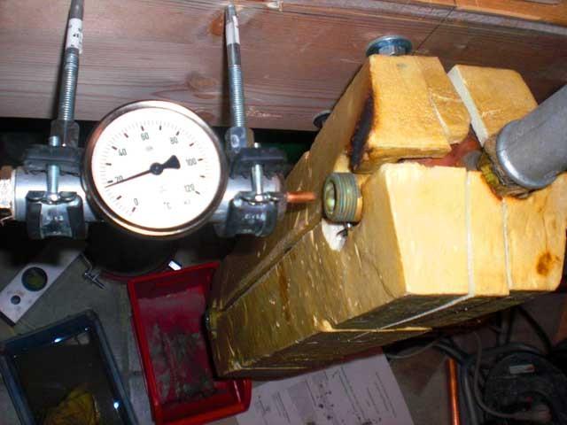 Der Brenner speist einen Wärmetauscher aus Kupfer,der bei 50°C automatisch die Wärme in die Heizung abgibt.
