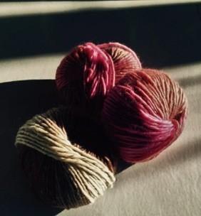 gomitoli in lana per scale a pioli in legno