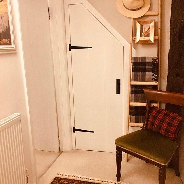 Così soddisfatto della bella maestria artigianale della mia nuova scala. Vivo in un vecchio cottage e volevo qualcosa che si adattava ravvivando questo sottile spazio. Questa era l'unica scala che volevo. - Richard