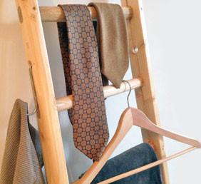 Ganci in acciaio come accessorio per arredare con una scala a pioli - steel hooks for wood ladder decor