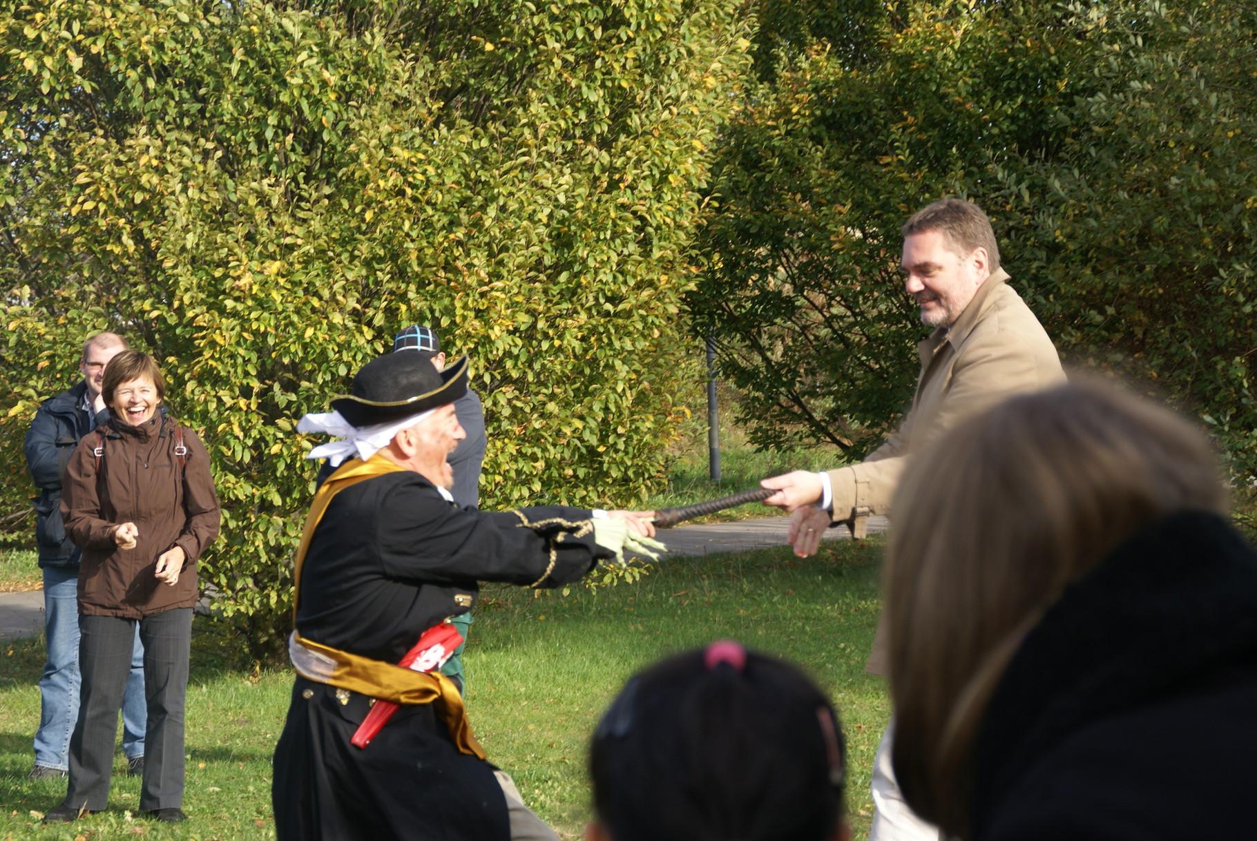 Der Pirat im Gefecht mit dem Bezirksamtsleiter Arne Dornquast