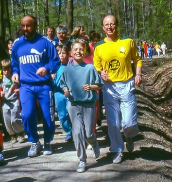 Trimm-Trab-Eröffnung 1988 in Stuttgart: im gelben Lauftreffleiter-Hemd Carl-Jürgen Diem. Links Klaus Wolfermann, Olympiasieger im Speerwurf 1972
