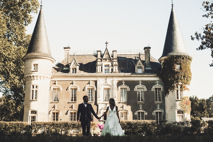 Couple pour son mariage au Domaine Belle Epoque posant devant le Château