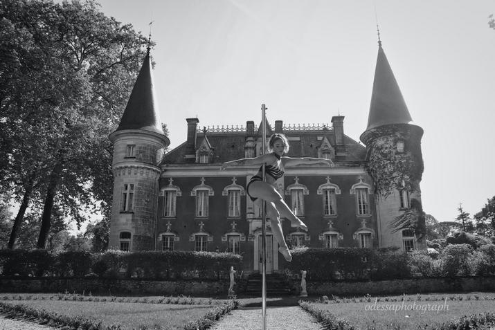 Danseuse pole dance dans le jardin à la française du Château Belle Epoque
