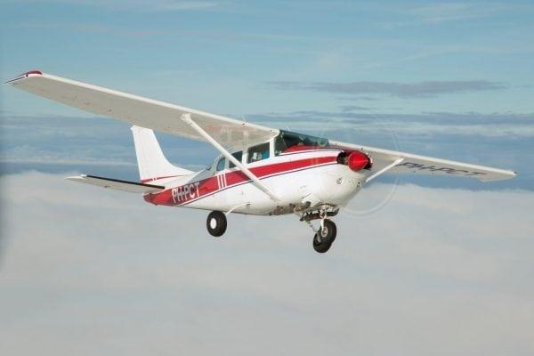 """<img src=""""image.png"""" alt=""""Een Cessna 172 in de lucht boven Texel"""">"""