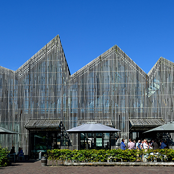 "<img src=""image.png"" alt=""Hoofdingang van museum Kaap Skil te Oudeschild, Texel"">"