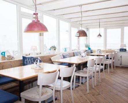 """<img src=""""image.png"""" alt=""""Interieur van restaurant """"Noordzee"""" aan zee bij De Koog, Texel"""">"""