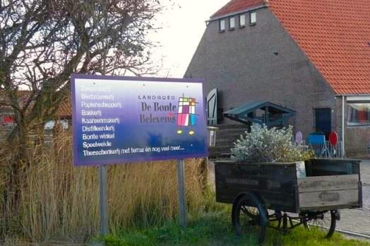 """Ingang landgoed """"De Bonte Belevenis""""  bij Den Hoorn op Texel."""