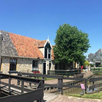 "<img src=""image.png"" alt=""Vissershuisjes van museum Kaap Skil te Oudeschild, Texel"">"