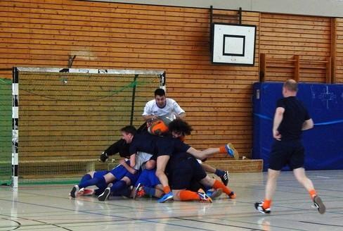 Rudelbildung der positiven Sorte: Beide Teams feiern den Torerfolg von Kleve (Foto: Beckers)