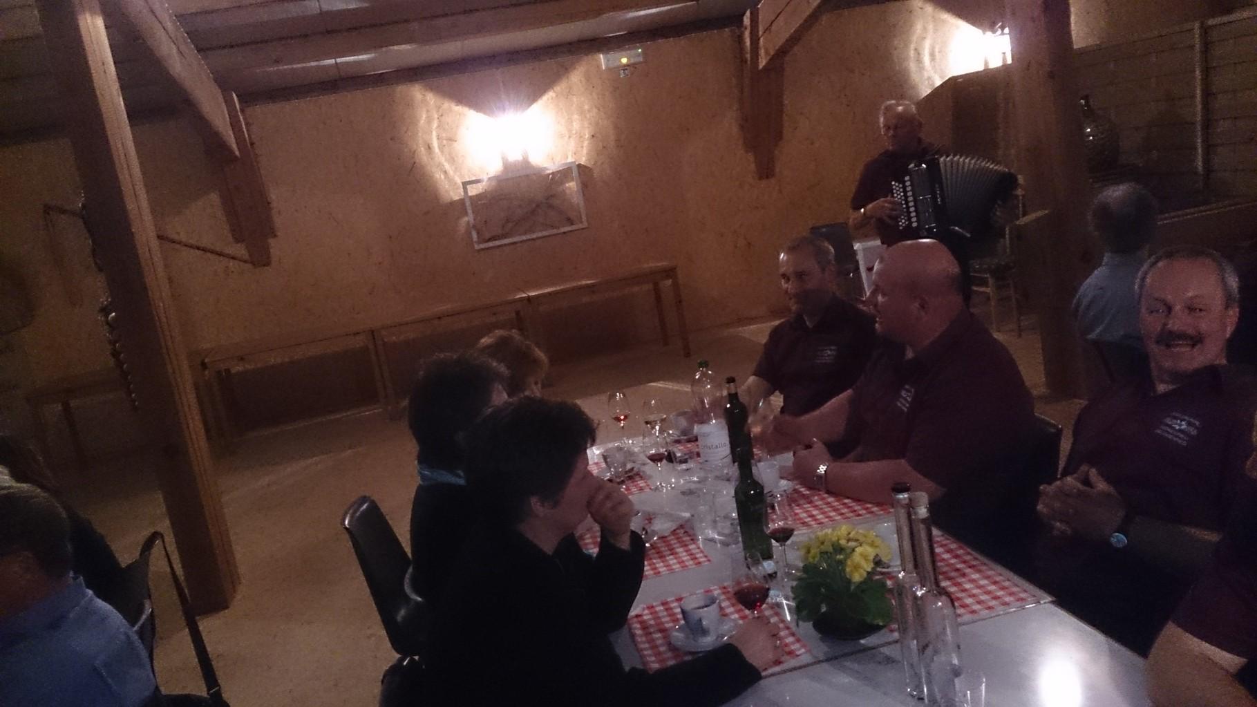 Zusammen mit einem Glas Wein von Hämmerli's und einer Portion guter Stimmung wird das Treberwurstessen ein unvergessliches Erlebnis!