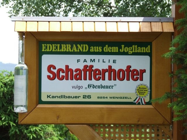 Schild an der Einfahrt zum Edenbauerhof