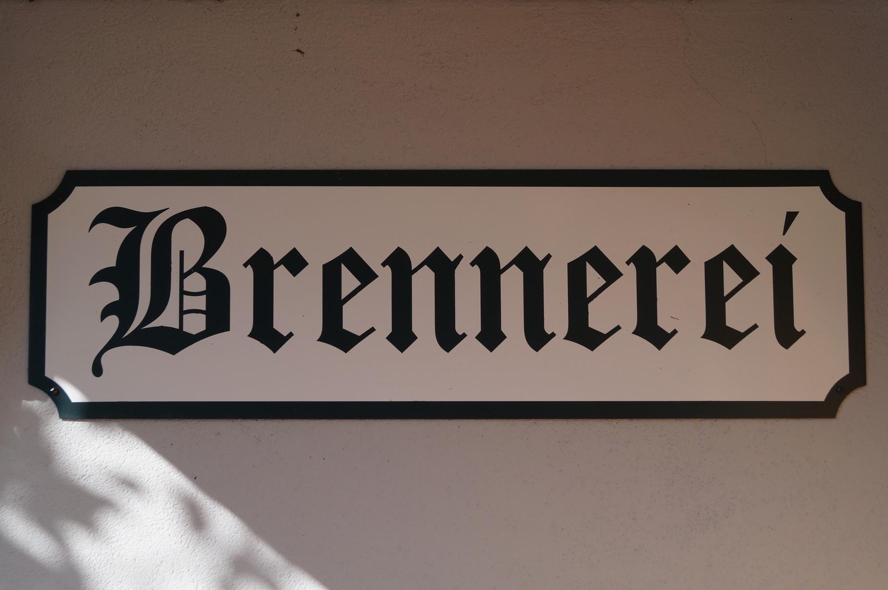 Eingangsschild zur Brennerei