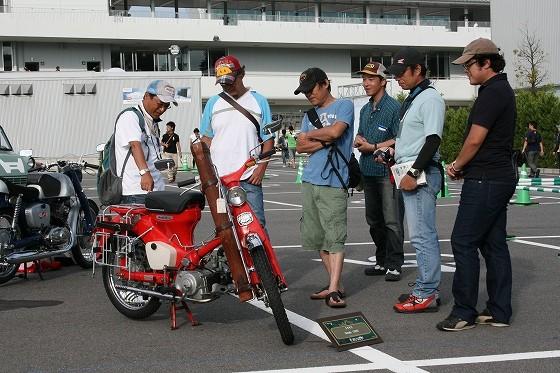 沢山の方がバイクを囲みワイワイガヤガヤ…バイクの力凄いです。