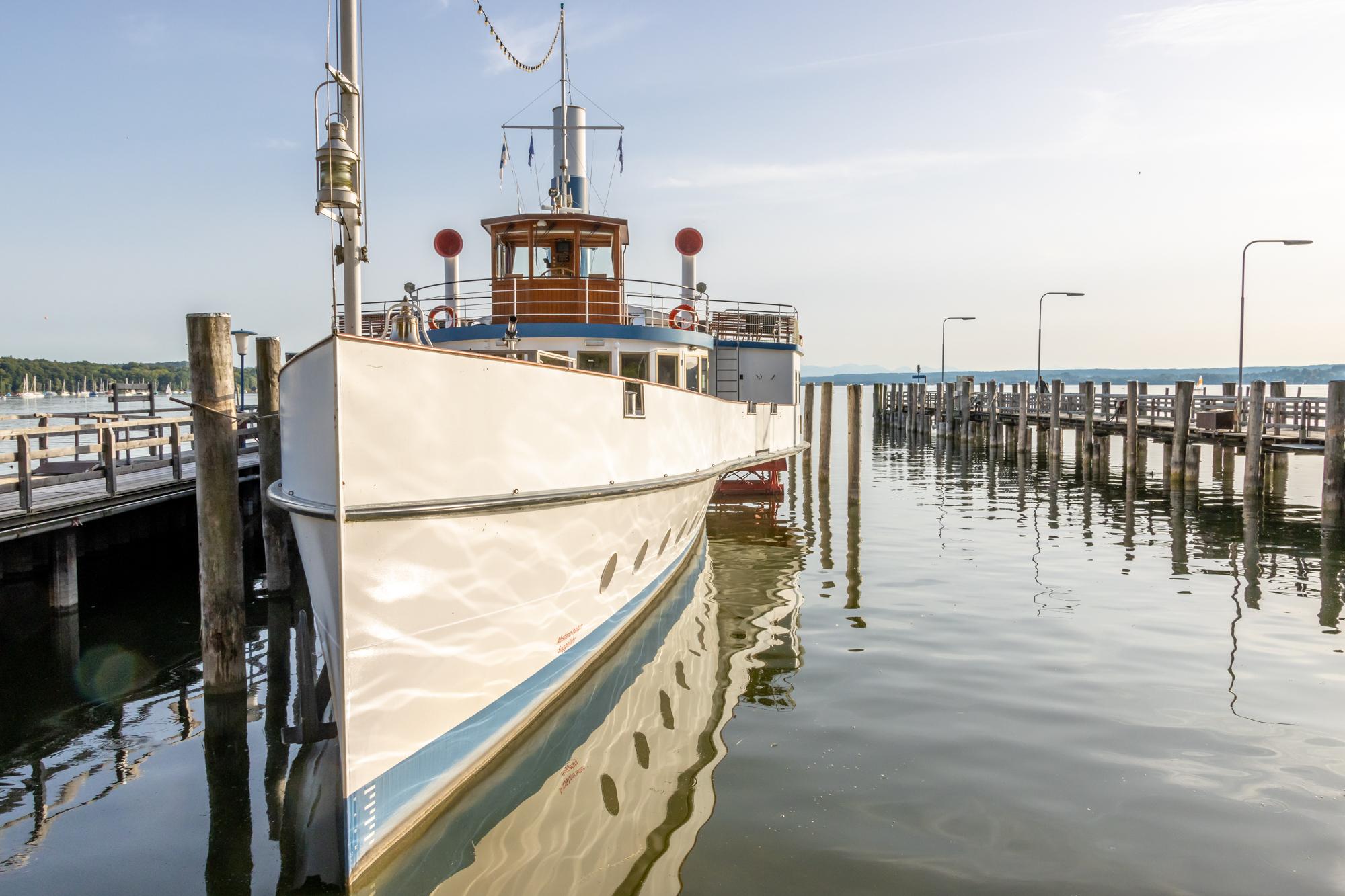 """Das Radmotorschiff (bekannt als Raddampfer) """"Diessen"""" auf dem Ammersee"""