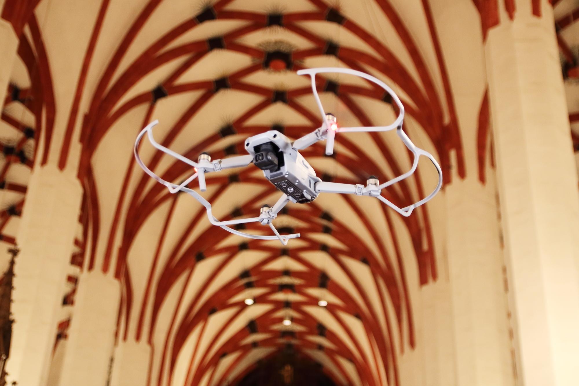 Indoor-Drohnenaufnahmen: Sicher fliegen in Innenräumen.