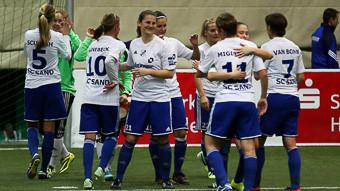 Die Spielerinnen des SC Sand bejubeln den Turniersieg (Foto: foto2press.de)