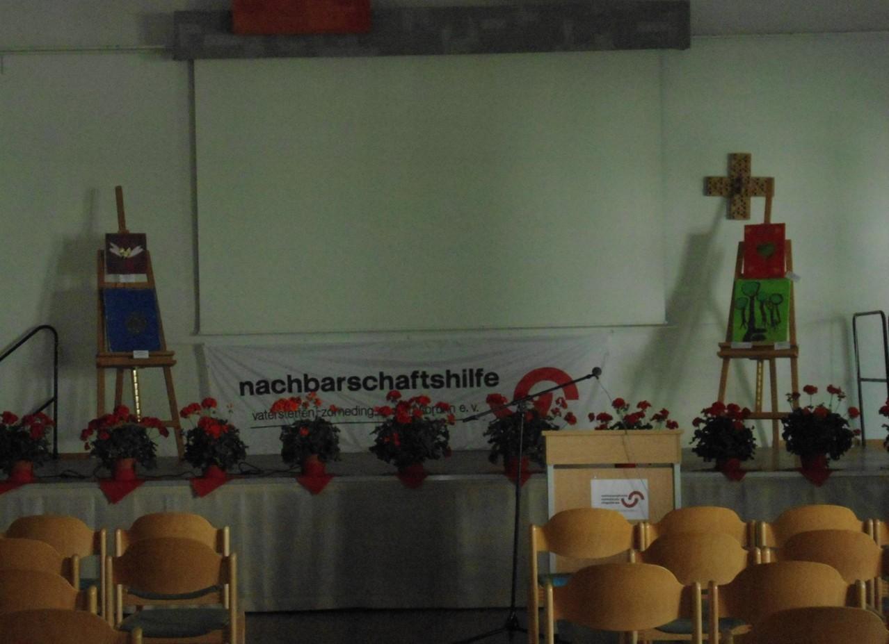 Bühne mit Bildern auf Staffelei