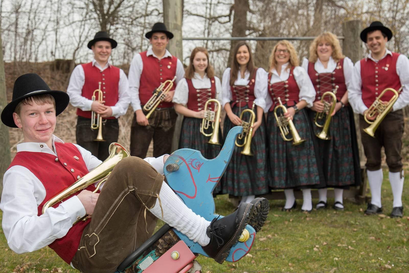 vorne: Rainer Müller / von links: Cedric Schreiber, Patrick Wörz, Katja Maier, Lena Muck, Kathrin Betz, Petra Schuhwerk, Daniel Schedel